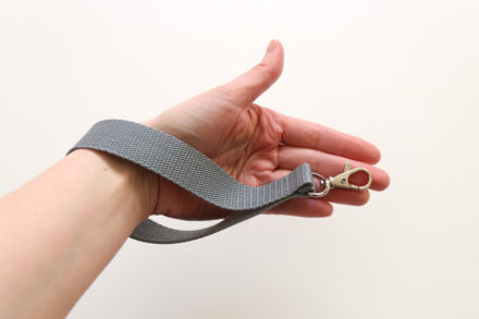 Jak uszyć pasek na nadgarstek z taśmy nośnej - tutorial