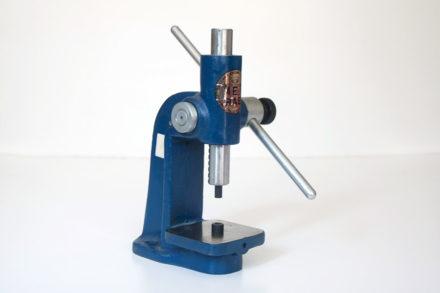 Praska kaletnicza, urządzenie do nabijania nitów