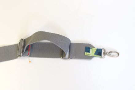 Mocowanie taśmy na regulatorze, jak uszyć ozdobny pasek do torebki