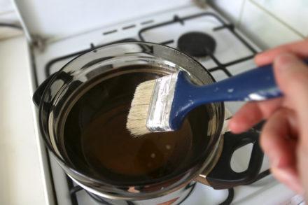 Rozpuszczanie wosku do woskowania tkaniny