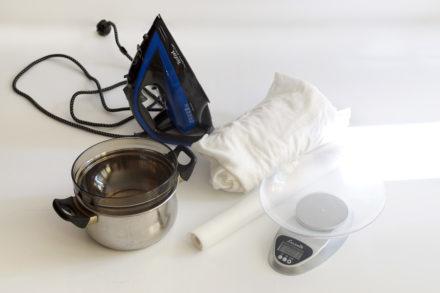 Materiały i narzędzia potrzebne do woskowania tkaniny