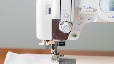 Wystające elementy obudowy maszyny